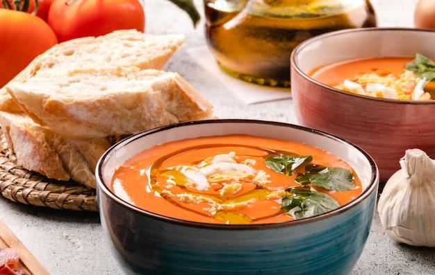 ボウルにハムと卵のサルモレホスープ Premium写真