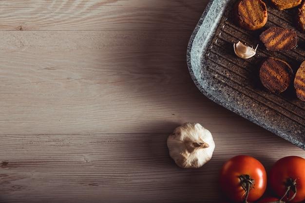ビーガンフードを調理します。セイタンは野菜バーガーのビーガンミートです Premium写真