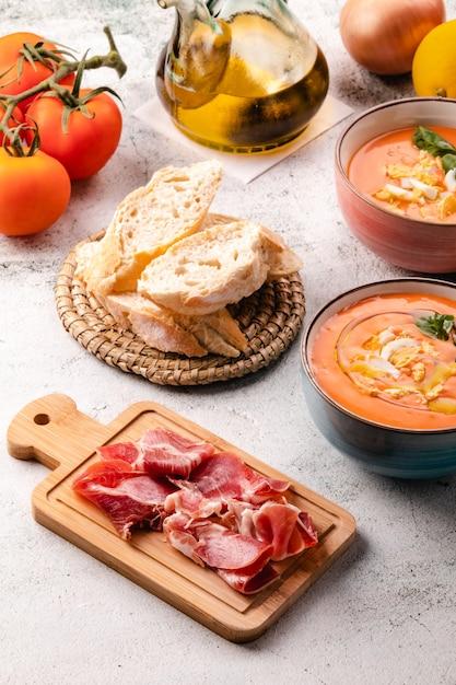 ボウルに卵と卵のサルモレホスープ Premium写真