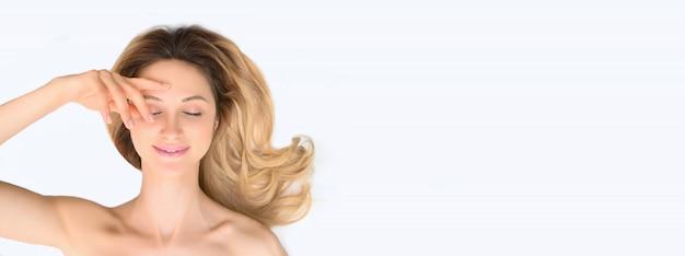 美容女性健康スキンケア化粧品コンセプト。分離された女性の顔の肖像画。 Premium写真