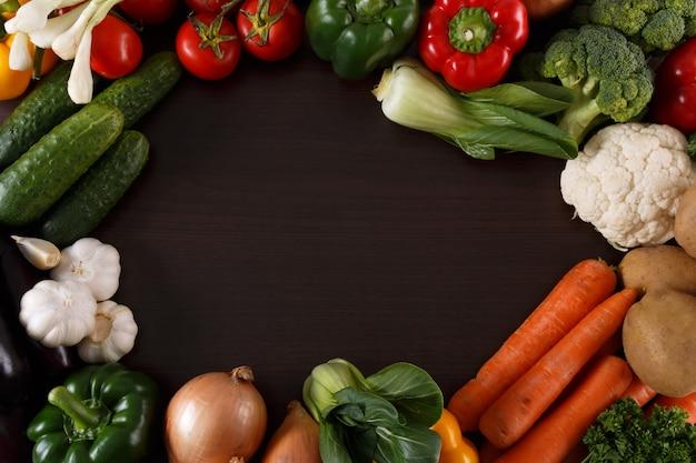 テキスト用のスペースとウッドの背景に野菜。 Premium写真