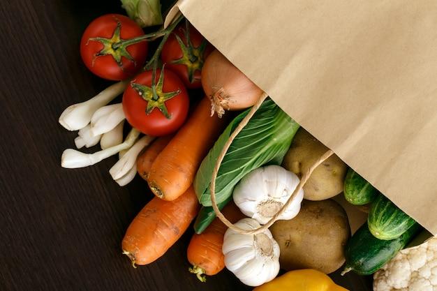 テキスト用のスペースとウッドの背景に野菜。自然食品。 Premium写真