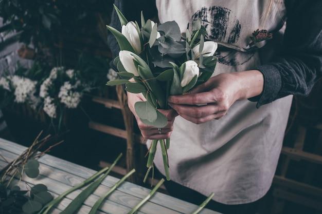 美容ブーケを作る若い花屋の女性 Premium写真