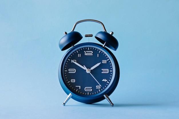 Ретро стиль синий будильник с колокольчиками Premium Фотографии