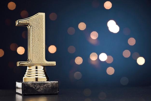 Чемпион или победитель золотой трофей над синим Premium Фотографии