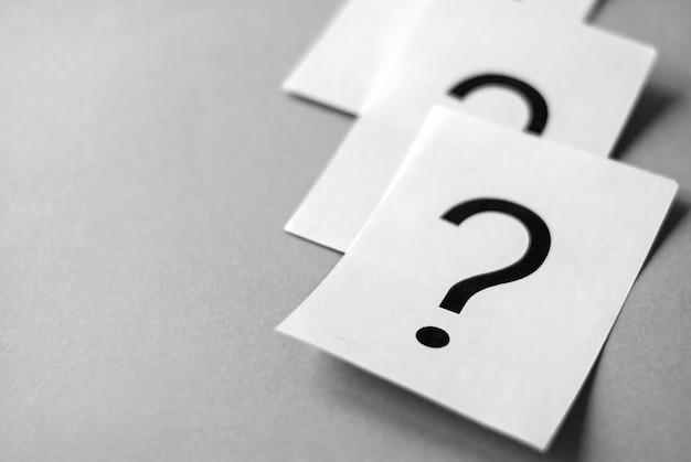 Белые карточки с печатными знаками вопроса Premium Фотографии