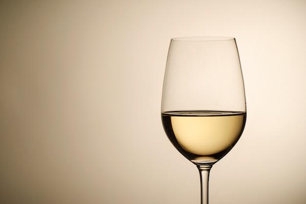 Рюмка с белым вином и копией пространства Premium Фотографии
