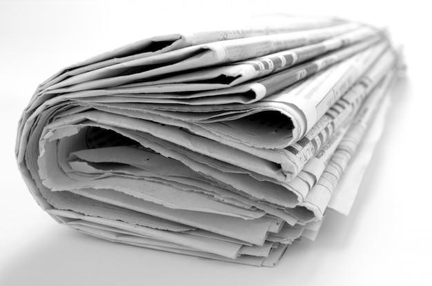白い背景の上のニュースのクローズアップと新聞 Premium写真