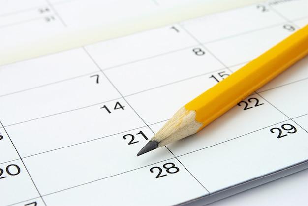 Календарь и карандаш Premium Фотографии