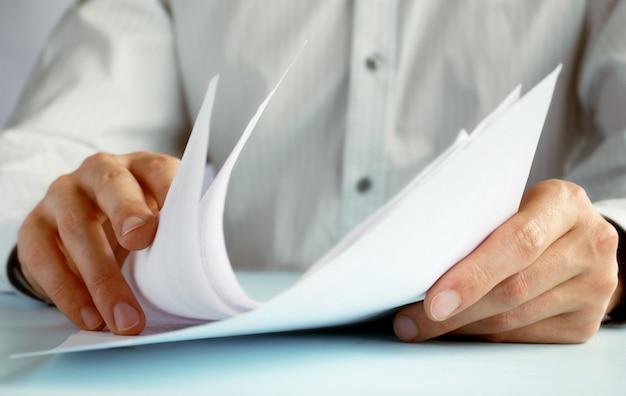 男の手が公式論文にエントリーする Premium写真
