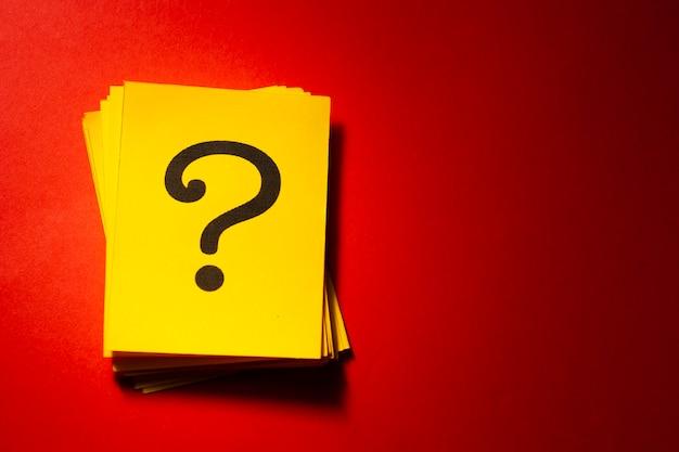 Сложенные желтые карточки с печатным знаком вопроса Premium Фотографии