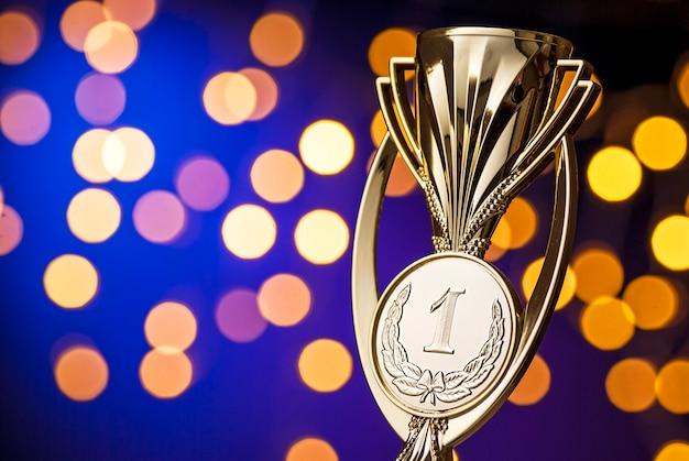 Награждение победителей чемпионата золотым трофеем Premium Фотографии