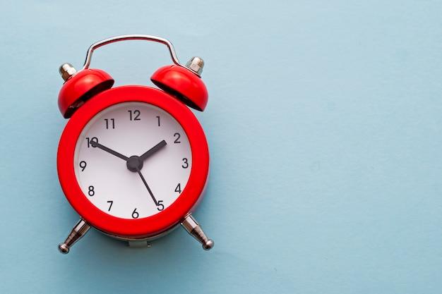 鐘とカラフルな赤い伝統的な目覚まし時計 Premium写真