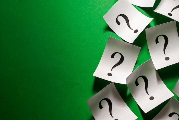 Боковая граница разбросанных вопросительных знаков на маленьких белых карточках Premium Фотографии