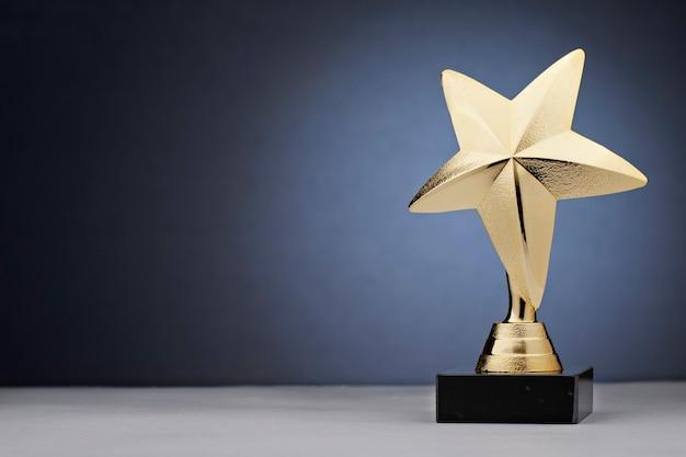 Золотая звезда статуя награда из золота Premium Фотографии