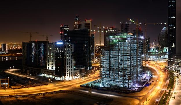 Строительные площадки в дубае ночью Premium Фотографии