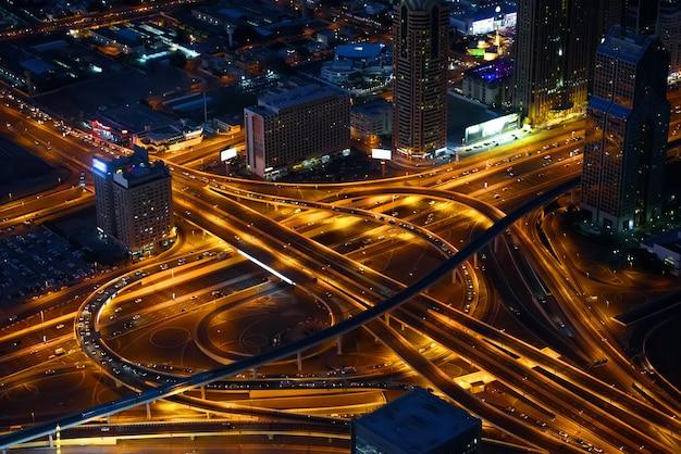 Пересечение шоссе в центре дубая, ночной вид Premium Фотографии