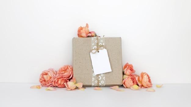 Подарочная коробка с флажком, оранжевые цветы Premium Фотографии