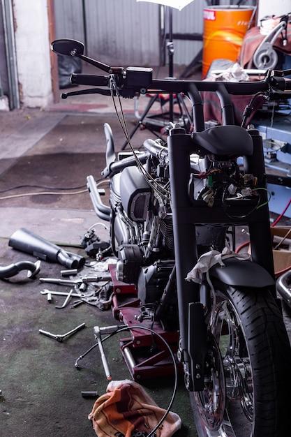 Обрезать крупным планом выстрел из красивых и на заказ мотоцикла в мастерской Premium Фотографии