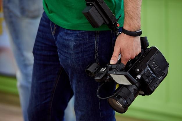 За кулисами съемок фильмов или видеопродукции и съемочной группы съемочной группы на открытом воздухе. Premium Фотографии