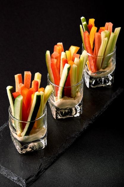 Вкусные сочные огурцы, морковь, сельдерей, нарезанные тонкими полосками или клубочками Premium Фотографии