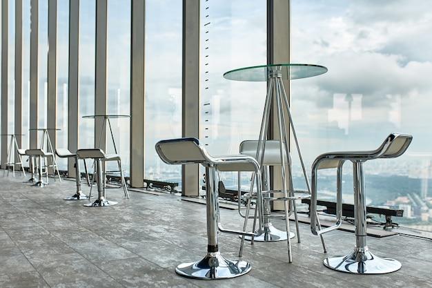 ガラスの壁と美しい都市ポナマのパノラマビューと抽象的なビジネスインテリア。 Premium写真