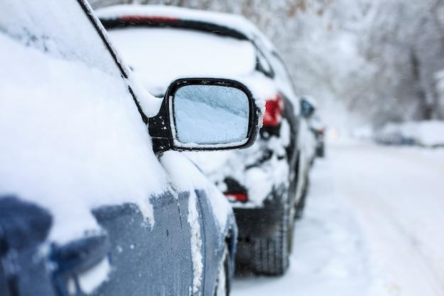 雪に覆われた車 Premium写真