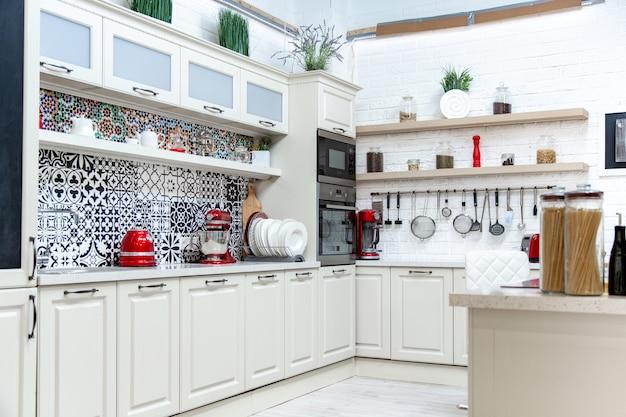 Кухня, светлый дизайн, современный стиль, классический дизайн Premium Фотографии