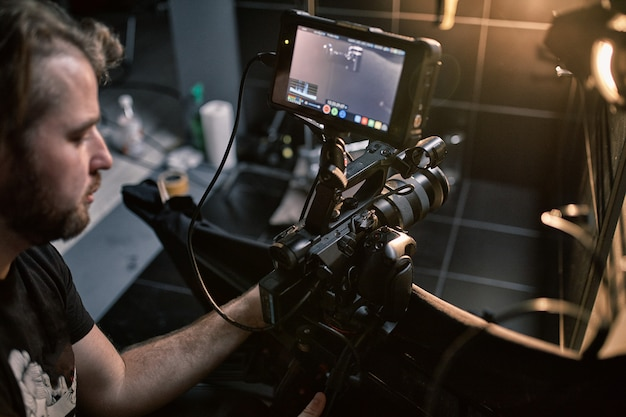 映画やビデオ製品の撮影の舞台裏と、映画スタジオのパビリオンにあるセットの映画クルーのフィルムクルー。 Premium写真