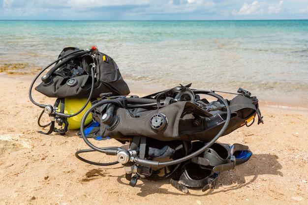 スキューバダイバーの装備、酸素風船はビーチにあります。ダイビング、装備、フィン、風船、マスク Premium写真