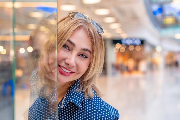 ファッションショッピング少女の肖像画。ショッピングモールの美容女性。 Premium写真