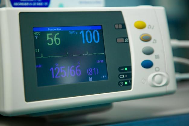 患者の心拍数を示す緊急手術室を操作する病院の手術の心電図 Premium写真