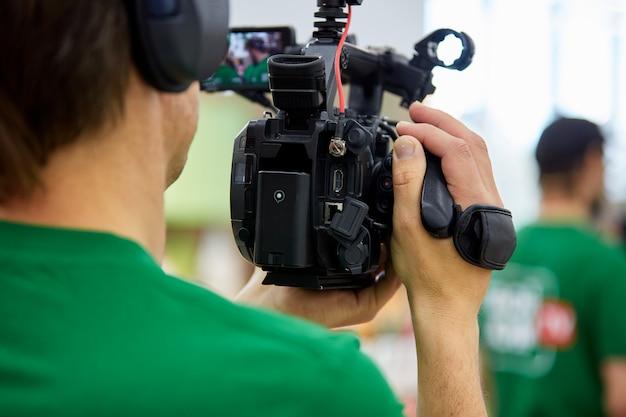 映画撮影やビデオ制作の舞台裏、屋外でカメラを装備した映画クルーチーム。 Premium写真