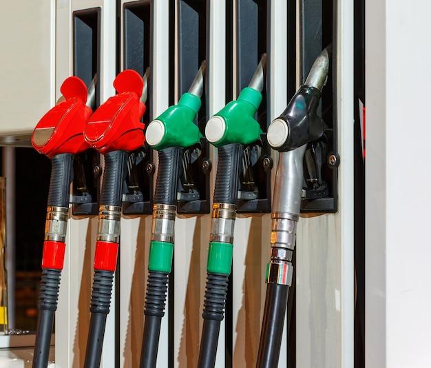 ガソリンスタンドで銃 Premium写真