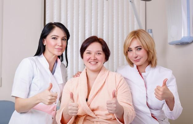 幸せな患者のショーのような医師 Premium写真