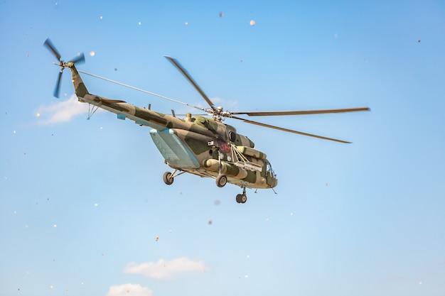 軍事デモを行う運動中に飛行する軍用ヘリコプター Premium写真