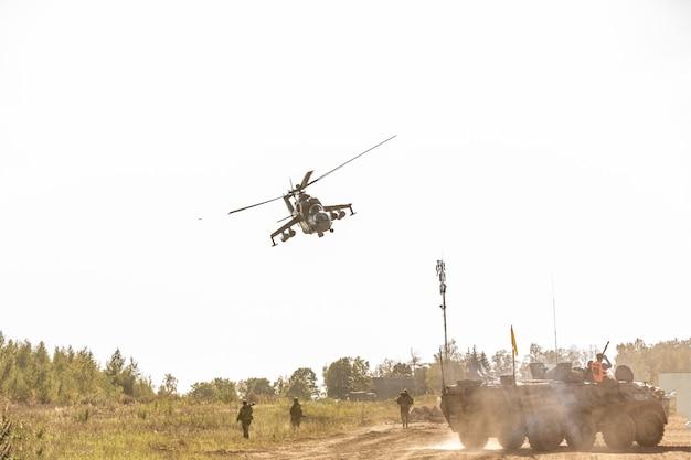 Военный вертолет во время учений во время демонстрации Premium Фотографии