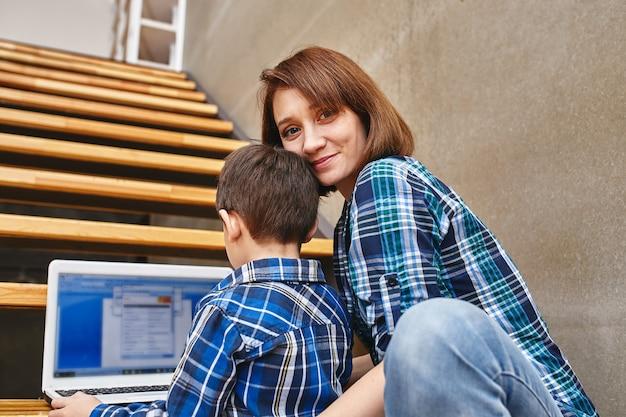 Мама и сын делают домашнее задание на компьютере. концепция мамы и детей, современные технологии и интернет. Premium Фотографии