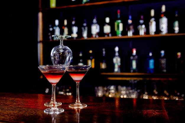 Пирамида коктейлей на барной стойке на фоне ресторана. Premium Фотографии