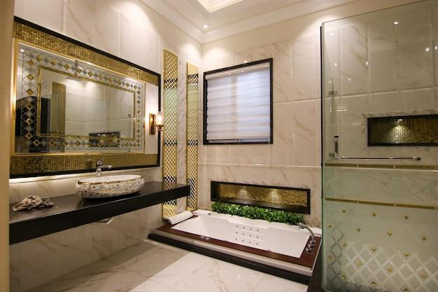 ホットタブ付きのモダンなデザインの洗面所 Premium写真