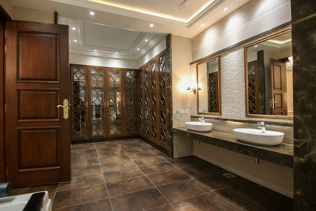 食器棚付きのモダンなデザインの洗面所 Premium写真