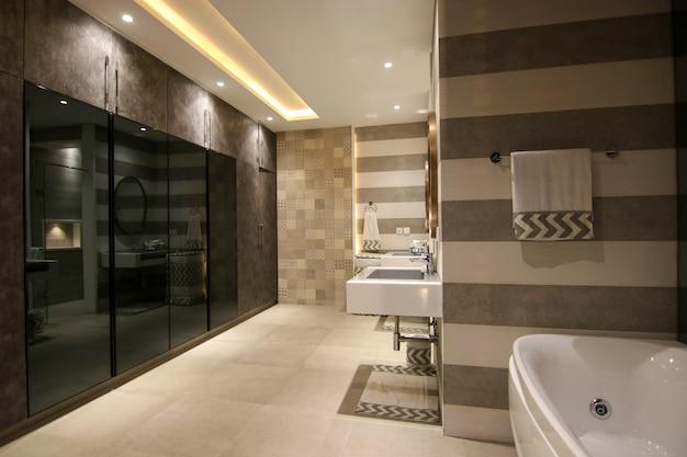 モダンなデザインの洗面所 Premium写真