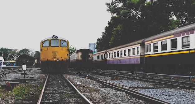 最後の駅。列車は最後の駅で停止しています。 Premium写真