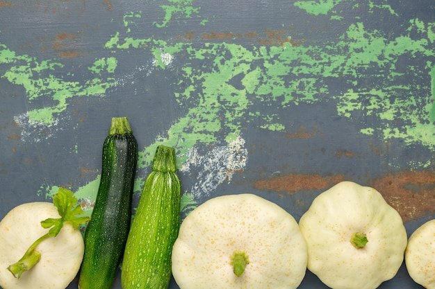 古い鉄の白いスカッシュ野菜 Premium写真
