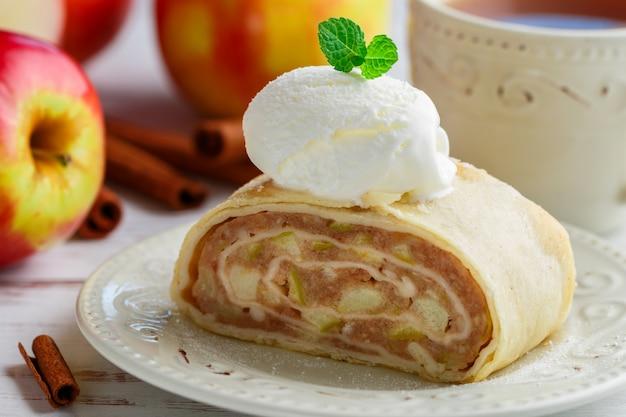 Штрудель с яблоками, корицей и ванильным мороженым Premium Фотографии