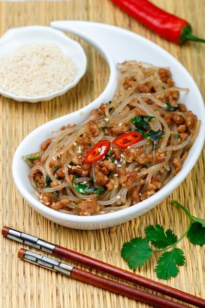 肉入りスターチグラスヌードル(米、ジャガイモ、豆)の中華料理 Premium写真
