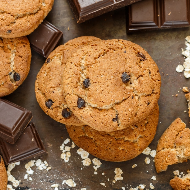 かぼちゃとチョコレートチップと自家製全粒小麦のオートミールクッキー Premium写真
