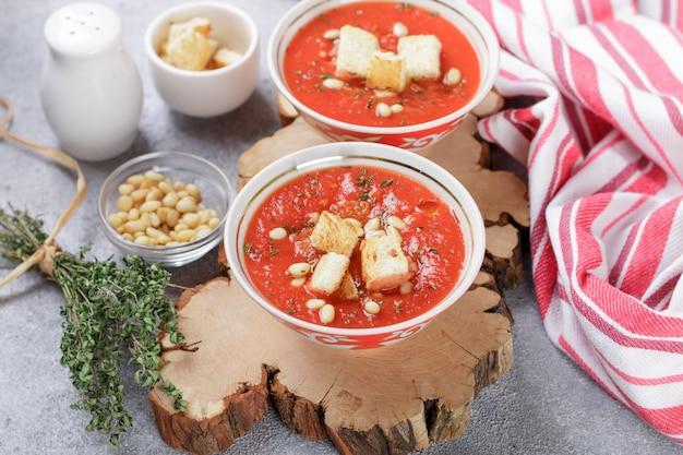 クルトン入りのおいしいホットまたはコールドトマトスープ Premium写真