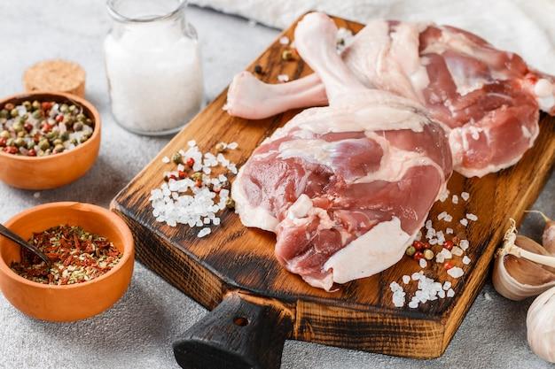 生の鶏肉。鴨の脚、ニンニク、スパイス Premium写真