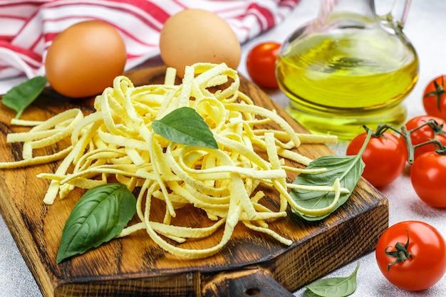 新鮮な自家製卵パスタ Premium写真